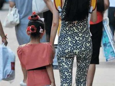 街拍紧身裤美女,紧身裤显凹凸好身材清晰可见