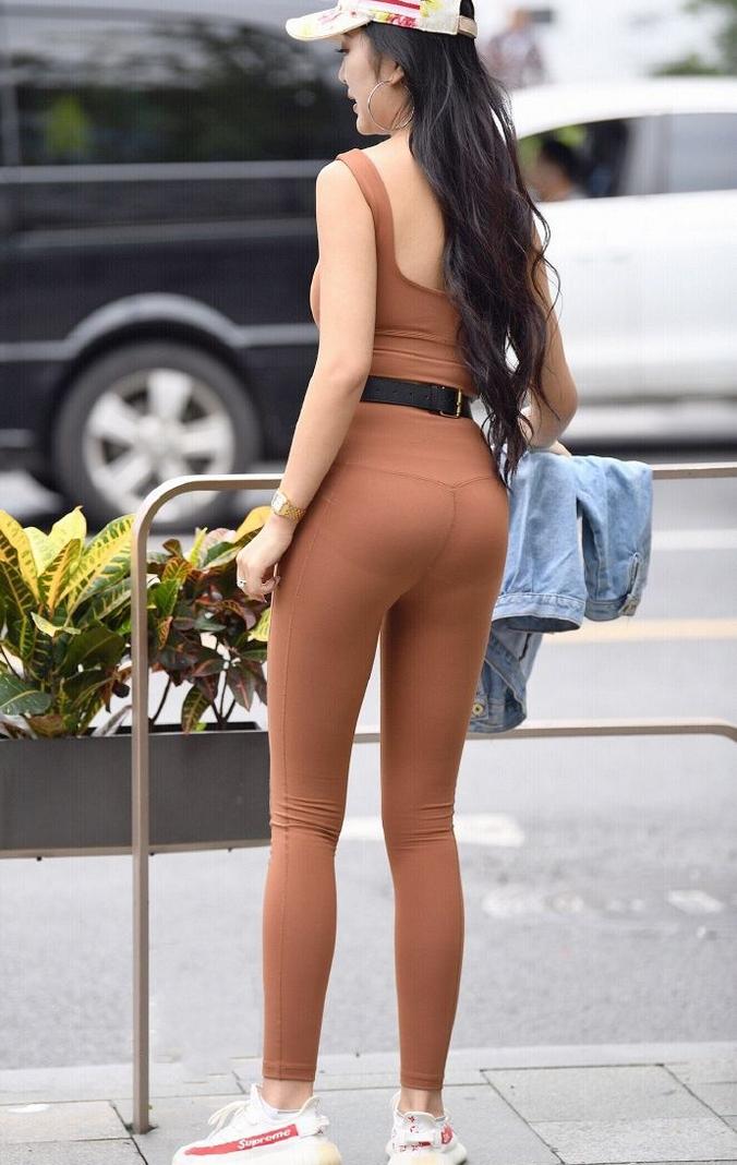 穿瑜伽服的丰满少妇性感街拍图片