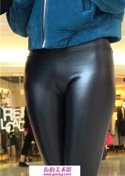 街拍在大世界综合的性感的黑色皮裤女孩