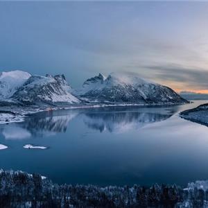 黄昏下寂静的冰山湖水唯美风景图片
