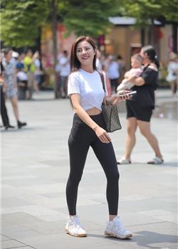 街拍,穿紧身裤,上白下黑的健身美女
