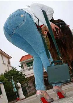 紧身牛仔裤是凹造型的神器,带着浓稠的女人味