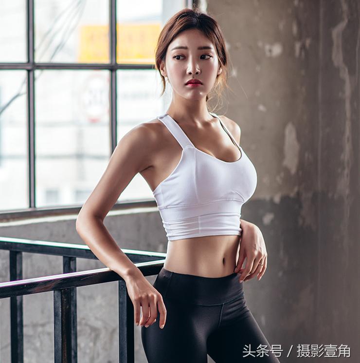人像摄影:身穿紧身运动裤的美女写真