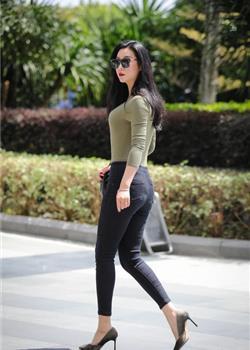 美女墨镜遮面独自出街,紧身衣秀出完美身材