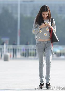 街拍穿着紧身牛仔裤小美女
