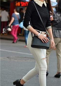 街拍白色紧身裤长腿美女