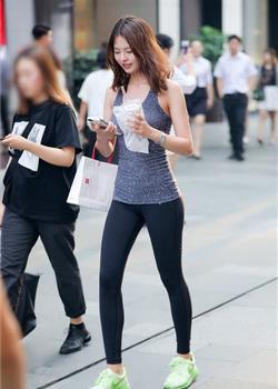 路人街拍,修身的牛仔裤,搭配出时尚美